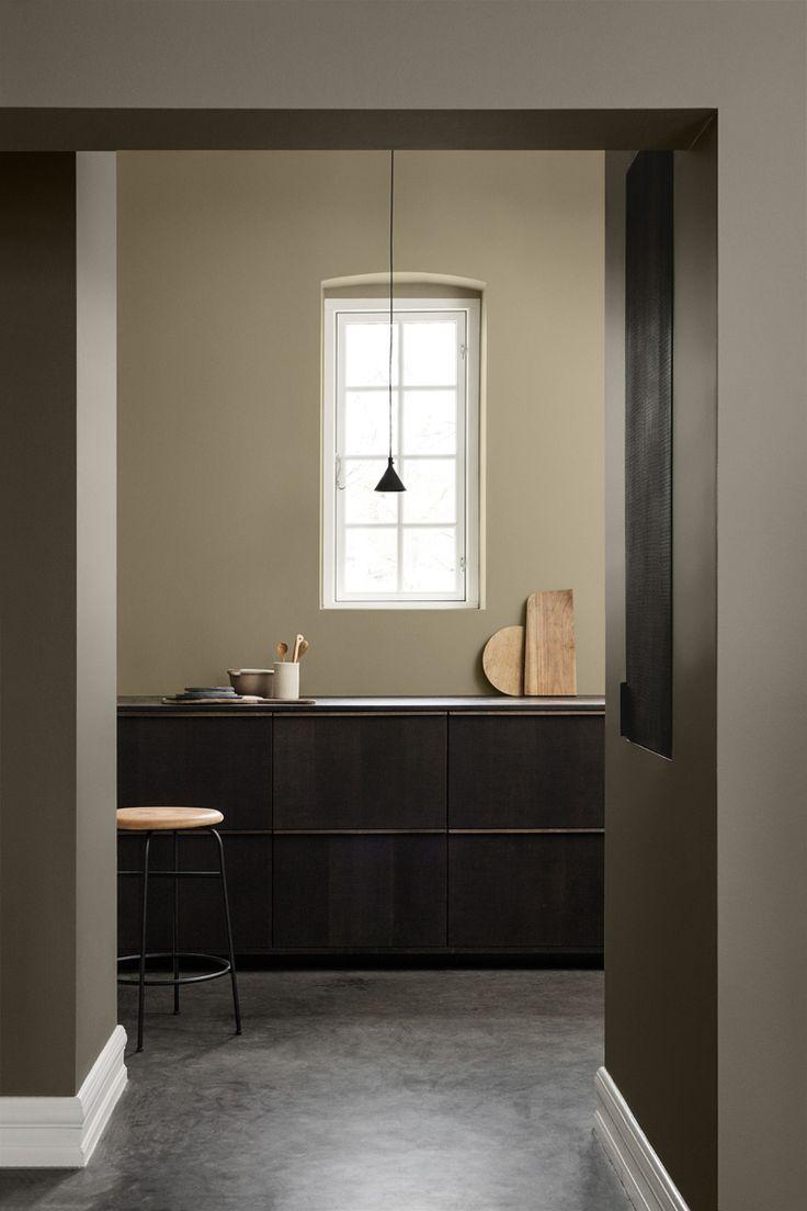 Se vilken fin kombination den gyllene 10961 Raw Canvas är med den bruna 10966 Almond Beige i detta kök!