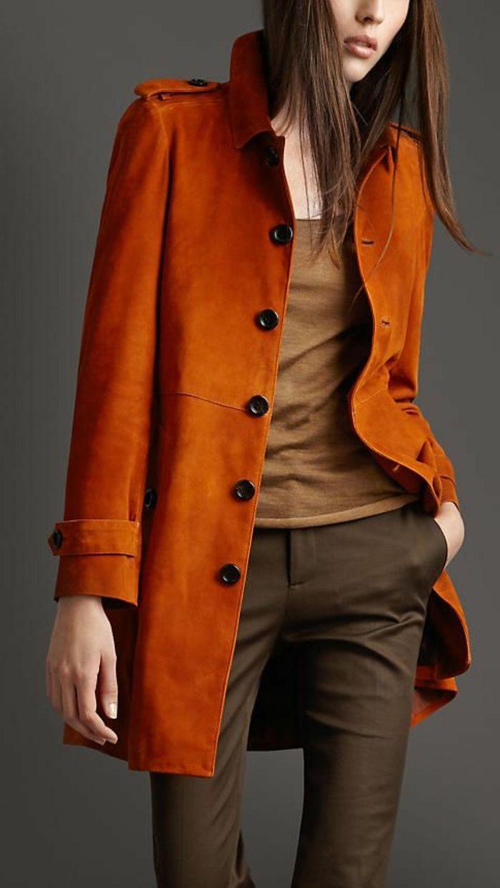 le manteau orange avec pantalon marron foncé