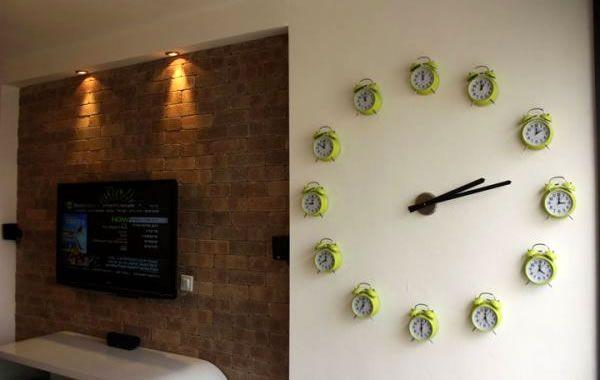 Cuando diseñador Ron Benshoshan y su novia se mudaron a su primer apartamento, el lugar sin duda necesita al especial. Así que se les ocurrió la idea de hacer el reloj para decorar la pared con una serie de los relojes, los cuales cada uno indica un numero dentro del reloj gigante.