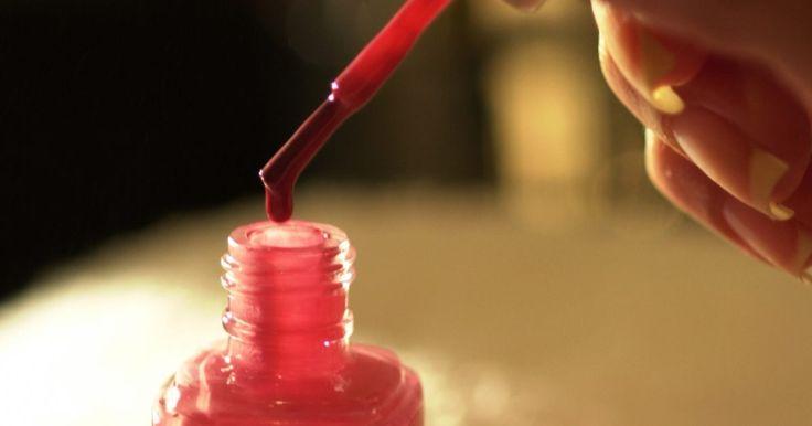 Cómo quitar el esmalte de uñas del cuero. El esmalte de uñas es un producto específico que se usa para darle color a las uñas. Para removerlo se usa la acetona, también conocida como quitaesmalte; aunque también se la usa para quitar el esmalte endurecido de otros elementos. Los elementos de cuero no son una excepción, aunque antes se debe determinar si no destiñen con el uso de acetona.