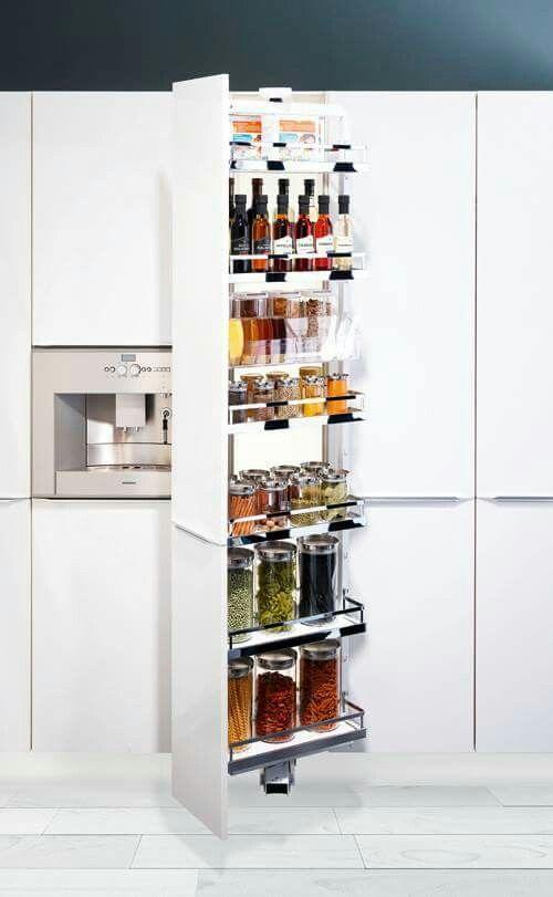 Wysuwana spiżarnia, którą dodatkowo można obracać o 90 stopni w obie strony, co przyczynia się do poprawy ergonomii pracy w kuchni. Dzięki wykorzystaniu wyciągów wysokich uzyskujemy łatwy przegląd zawartości i możemy dostosować szafkę do własnych potrzeb. Z łatwością jednym ruchem ręki sięgamy po przechowywane zapasy. To elastyczne rozwiązanie zapewniające pełne wykorzystanie przestrzeni, dobrą organizację i łatwy dostęp.