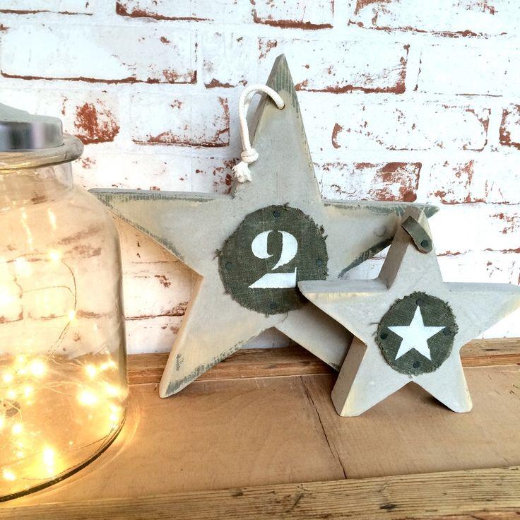 Etoile à poser en pin français recouverte de béton minéral poncé pour un effet brut.- La grande étoile est agrémentée de tissu militaire numéroté et  d'une petite sangle en cuir militaire- La petite étoile est agrémentée d'un rond de tissu militaire little star et d'une petite sangle en cuir militaireLes 2 étoiles sont sérigraphiées aux dos2 tailles au choix :Grand étoile H: 29 cm L: 29 cm 25€Petite étoile H:19 cm L: 19 cm 18€Etoiles ré...