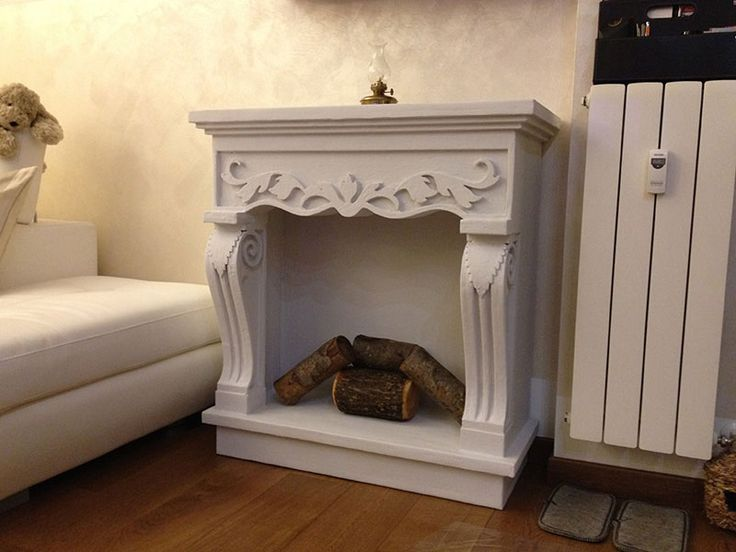 Faux fireplace Cornice camino decorativo con tronchetti di legno. Disponibile su www.materik.it #caminofinto #caminifinti #caminoclassico