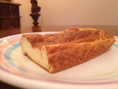 435 gramas de maisena 5 colher (es) de cream cheese ou queijo fresco (ver receita) 4 claras 1 gema de ovo 1 colher de chá de fermento em pó 2 colher de chá de aroma de baunilha 20 gota (e) de adoçante 2 colheres de chá de aroma a gostoAqueça o forno a 200 °C Coloque em uma tigela o ovo, o adoçante,