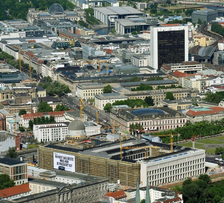 Berlin von oben - Umgestaltung des Schlossplatz durch die Baustelle zum Neubau des Humboldt - Forums in Berlin - Mitte