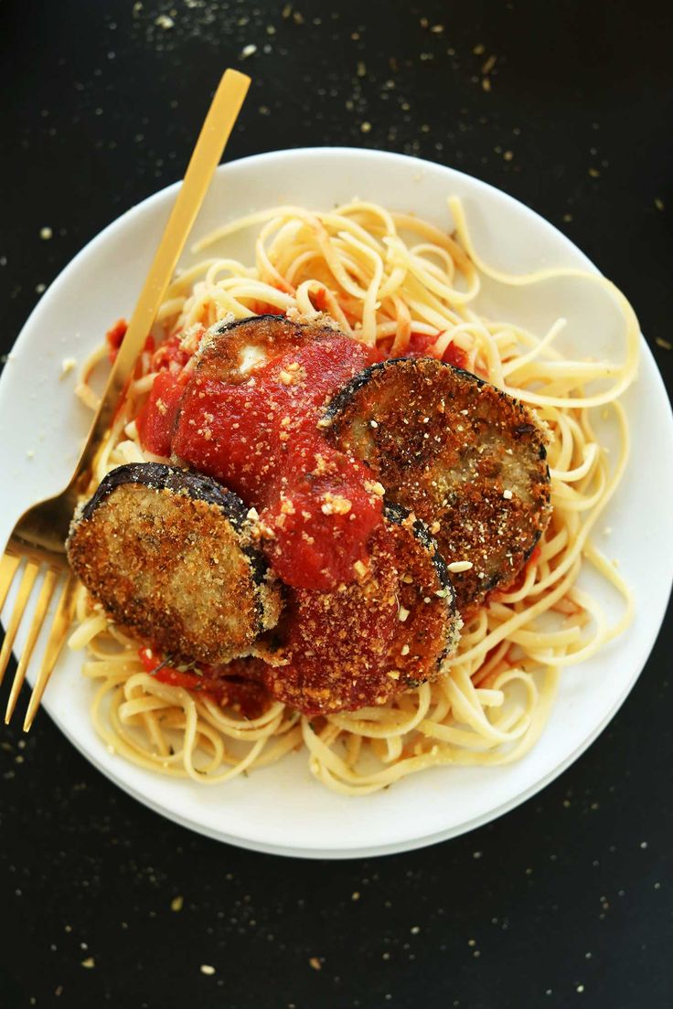 AMAZING Vegan Eggplant Parmesan Pasta! Crispy, delicious, perfect on top of your favorite pasta #vegan