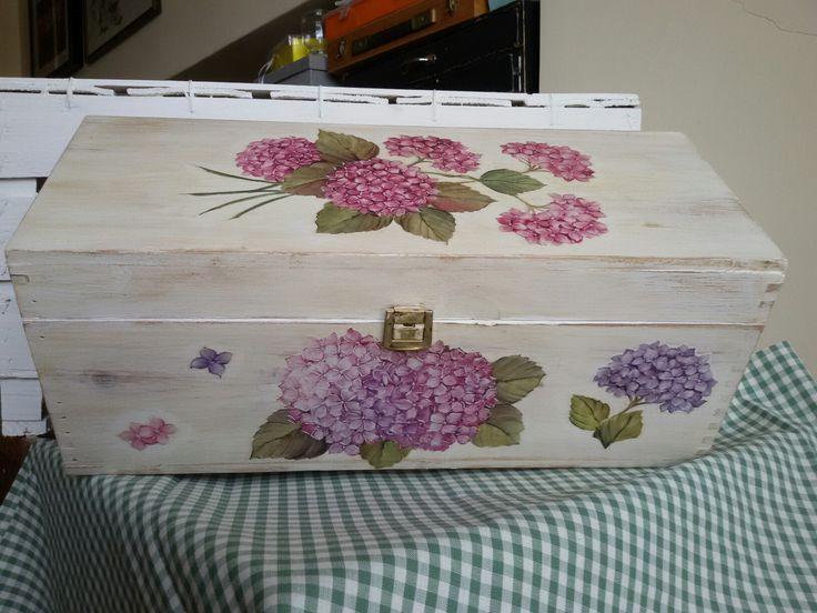 Cassetta legno porta vino. Verniciata, anticata  e decorata in decoupage.