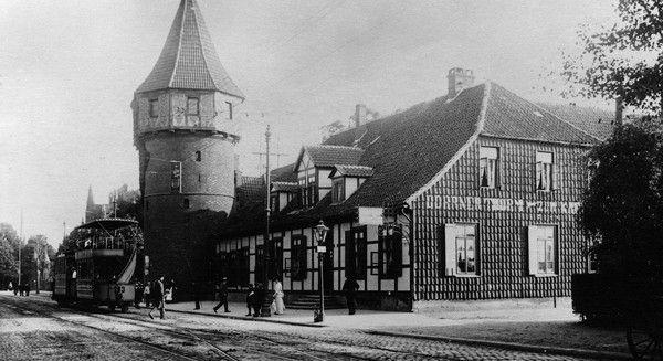 HANNOVER Südstadt * 1872: Pferdebahn am Döhrener Turm . Der Turm ist ein spätmittelalterlicher Wartturm der Stadt Hannover aus dem 14. Jahrhundert, der Teil der hannoverschen Landwehr war. Das Bauwerk befindet sich seit jeher nicht im Stadtteil Döhren, sondern in der Südstadt.