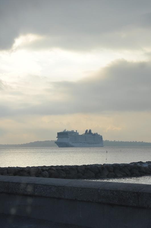 Bateau de croisière dans la baie de Cannes