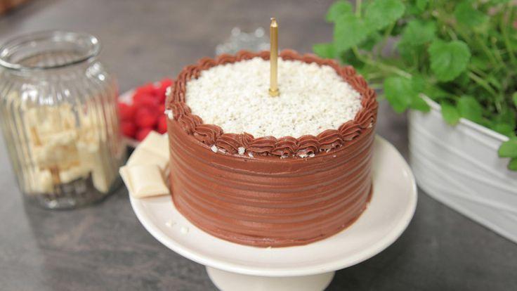 Dette er verdens beste sjokoladekake med saftig kakebunn og utrolig god krem, ifølge Ida Gran-Jansen. Den passer dessuten perfekt som bursdagskake til alle som elsker sjokolade. Bunnen holder seg saftig i mange dager. Kaken kan også fint lages 2-3 dager i forveien og oppbevares kjølig. Men husk å ta ut kaken noen timer i forveien før servering. - Alle kaker er best romtemperert. Før servering setter jeg kaken i romtemperatur i hvert fall et par timer, tipser Ida. Oppskriften viser ...