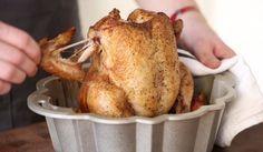 Egy kuglófsütőbe teszi a csirkét, és elárul nekünk egy elképesztő sütési módszert!