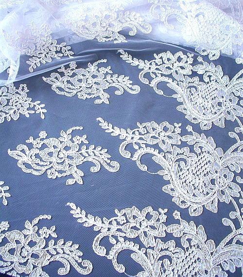 Svatební+vyšívaná+krajka+-+bílá+Vyšívaná+svatební+krajka+bílé+barvy.+Vhodná+na+svatební+šaty,+bolerka+či+závoje.+Bez+korálků,+či+flitrů.+Ozdobný+okraj+na+obou+stranách.++Složení:+50%PAD,50%BA+Šíře:+130+cm++Cena+uvedena+za+10+cm.+POKUD+TEDY+CHCETE+NAPŘ.2,5+M,+ZADÁTE+27+KS+PO+10+CM