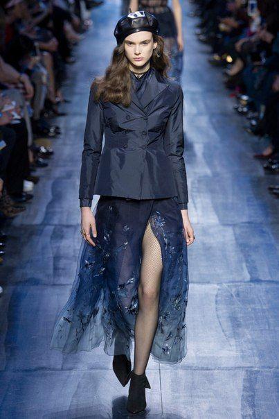 Christian Dior осень-зима 2017: деним, «бумажный» шелк, платья Золушки и пиджаки мечты каждой модницы — 50 оттенков синего в новой коллекции Марии Грации Кьюри.
