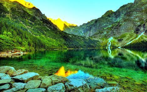 """El lago Emerald o lago Esmeralda (en inglés: """"Emerald Lake"""") es un lago situado en el Parque Nacional Yoho, en la provincia de Columbia Británica, Canadá. El lago se encuentra rodeado de las montañas de la Cordillera President, parte de las Montañas Rocosas canadienses, así como por el Monte Burgess y la Montaña Wapta."""