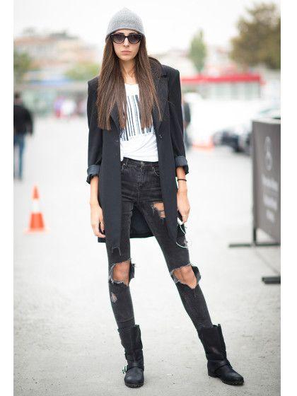 STYLIGHT Streetview.  Model Canus Melis Karakus beweist, dass Blazer nicht an den Schreibtisch gehören, sondern an die frische Luft. Die Ärmel ihres Longblazers hat sie lässig hochgeschoben.  Das Teil ist so aussagekräftig, dass man dazu nicht mehr viel mehr braucht als eine dunkle Jeans im Used-Look, simples Shirt, Boots.