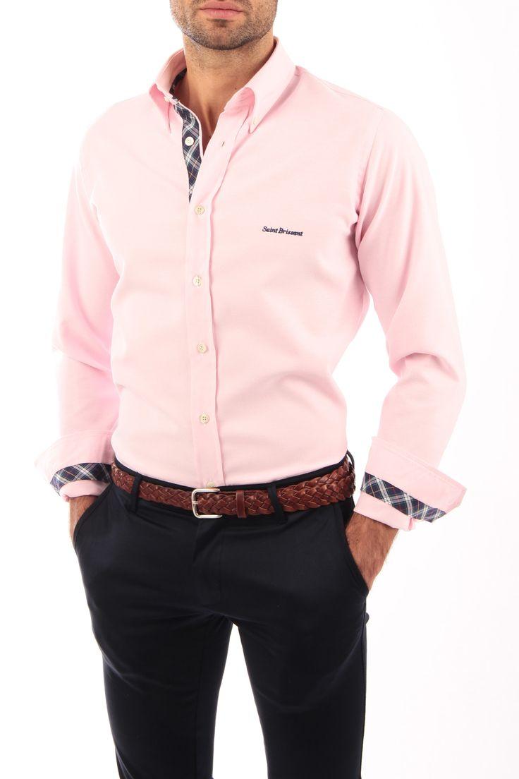 Camisa Oxford rosa con cinta escocesa azul. Detalles de cinta escocesa vista de botones, interior de puños e interior del cuello. Detalle de bordado en pecho e interior de canesú. Fabricada en España. 100% artesanal.