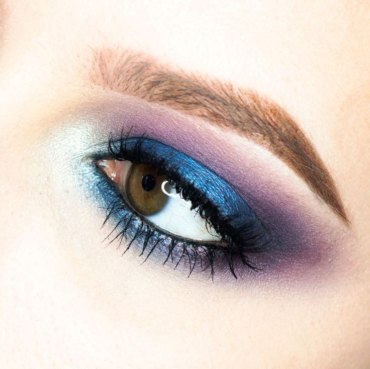 niebiesko fioletowy makijaż podkreślający brązowe oczy, Anastasia Beverly Hills