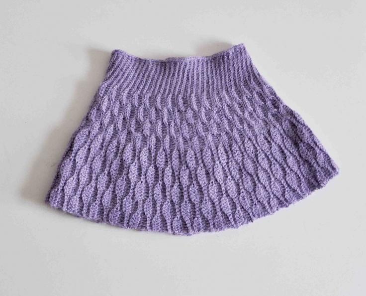 Opskrift på hæklet nederdel. Den er hæklet i et flot bølgemønster og kan hækles i str. 1-16 år.