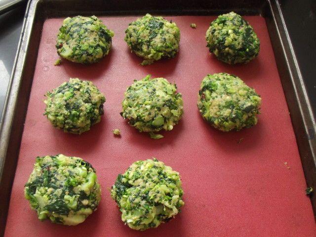 Croquetas de brocoli y espinaca. Ver receta: http://www.mis-recetas.org/recetas/show/80211-croquetas-de-brocoli-y-espinaca