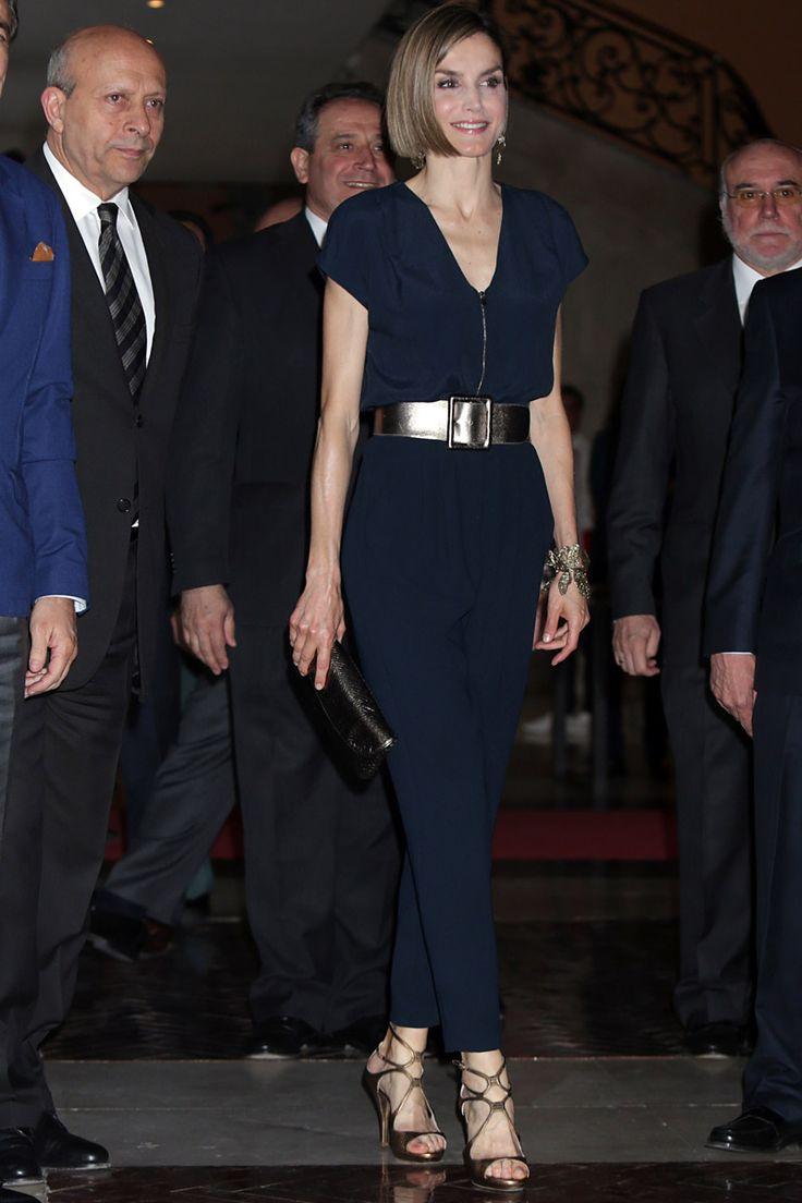 Reina Letizia en un enterizo azul noche. Amo su nuevo estilo también.
