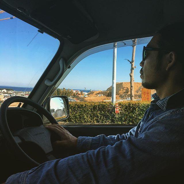 【leenavolvo】さんのInstagramをピンしています。 《私の住む街で、海の見える高台を造成していました。いいなあ❤️津波の心配の無い場所で、綺麗な景色を眺めながら暮らしてみたい…✨ちなみに私達は、海まで1キロ圏内の国道沿いに住んでいるので、日々の備えや想定がとても重要になってきます🙈  #ランクル#旧車#旧車オーナー#80#ランクル80#ドライブ#家族#夫#海#景色#眺め#80GX#randcruiser #randcruiser80 #toyota#car#driving#japanesecar#seat#driversseat#sea#sky#view》