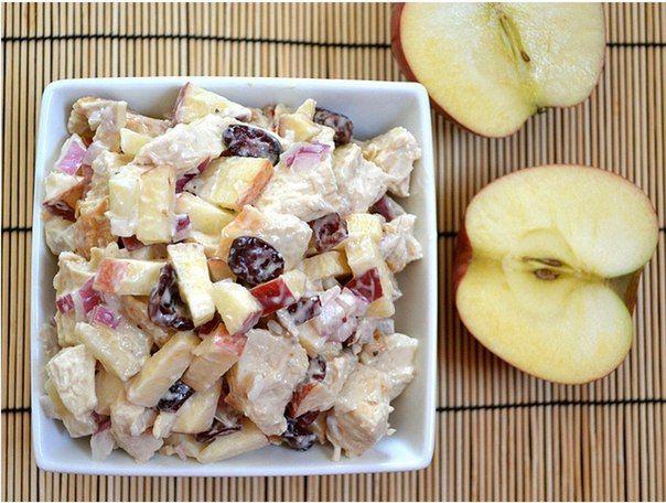 Салат из курицы с яблоком (грудки, горчица, клюква, красный лук, сметана, майонез, яблоки)
