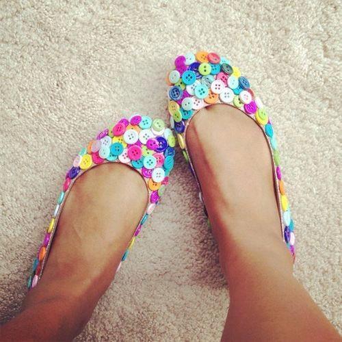 sapatilhas renovadas com botões coloridos amei....