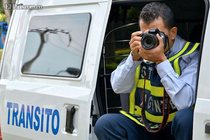 Con cámara fotográfica en mano, agentes de tránsito 'cazan' infractores en Cali    No sólo las cámaras de fotomultas son las encargadas de capturar imágenes de infractores en flagrancia. Unas 400 multas diarias son puestas por este 'bloque de búsqueda' del Tránsito.