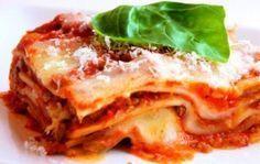 Lasagne met bolognesesaus en bechamelsaus naar oud Italiaans familierecept. Zelfs in de restaurants kun je hem niet zo lekker eten als met dit recept! Ons recept is voor 4 personen en de bereidingstijd is 60 minuten. Ingrediënten: - 500 gram rundergehakt...