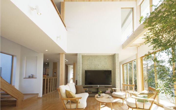 漆喰の白壁、樺桜のフローリング、桧板の天井。自然素材に包まれた大空間の吹抜けリビング。南(右)から北(左)へ、自然に風が流れる環境配慮型のエコハウスです。|インテリア|ナチュラル|和モダン|コーディネート|デザイン|おしゃれ|吹き抜け|飾り棚|