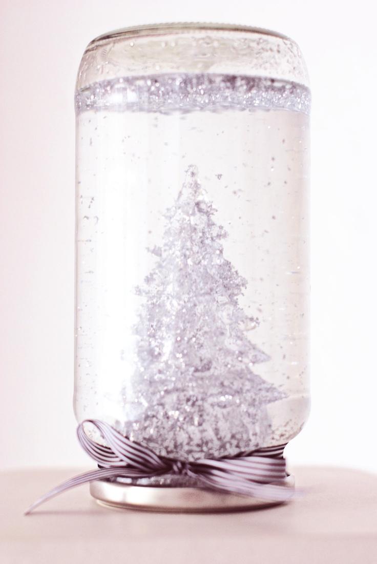 DIY - Globo nieve // Snow globe    1. Llena el tarro de cristal con agua y glicerina líquila y añade la purpurina.  1. Fill the jar with water and liquide glicerine and add glitter. 2. Pega la figura a la tapa del tarro.  2. Stick the figure to the jar's top. 3. Introduce la figura en el tarro y ciérralo.  3. Put the top on leaving the figurine inside. 4. Para terminar puedes adornar el tarro con un lazo en la base.  4. And last but not least, decorate the base with a bow.