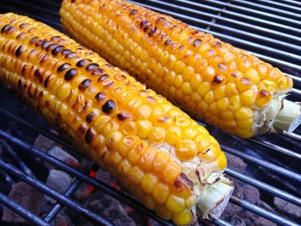 Een complete maiskolf van de barbecue is een Amerikaanse klassieker en erg lekker.