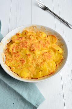 Aardappelgratin:600 gr voorgekookte aard.in schijfjes in een beboterde schaal leggen.Klop 2eieren met 100 ml. kookroom en 100 ml. melk,zout,peper en verse knoflook,doe er 40 gr. geraspte kaas door,schenk dit over de aard. Doe nog 20 gr. kaas erover en bak dit 30 min. in een oven van 180 gr.