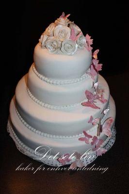 bryllupskake med sommerfugler i rosa