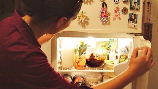 Мы давно привыкли есть на ходу: открыл холодильник — быстро и бездумно набил желудок. Как следствие — лишний вес, гастрит, диабет и расстройства пищевого поведения. Но стоит пересмотреть свое отношение к холодильнику, и вы привыкнете к здоровому рациону и похудеете без труда. Объясняем, как это сделать.
