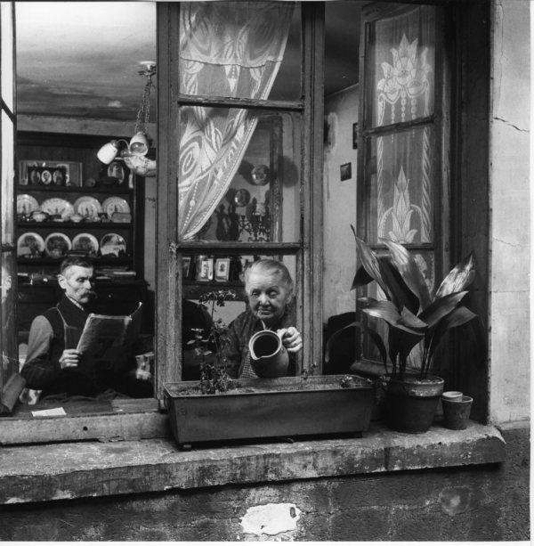 Les concierges rue du Dragon 1946  ¤ Robert Doisneau   19 mai 2015   Atelier Robert Doisneau   Site officiel