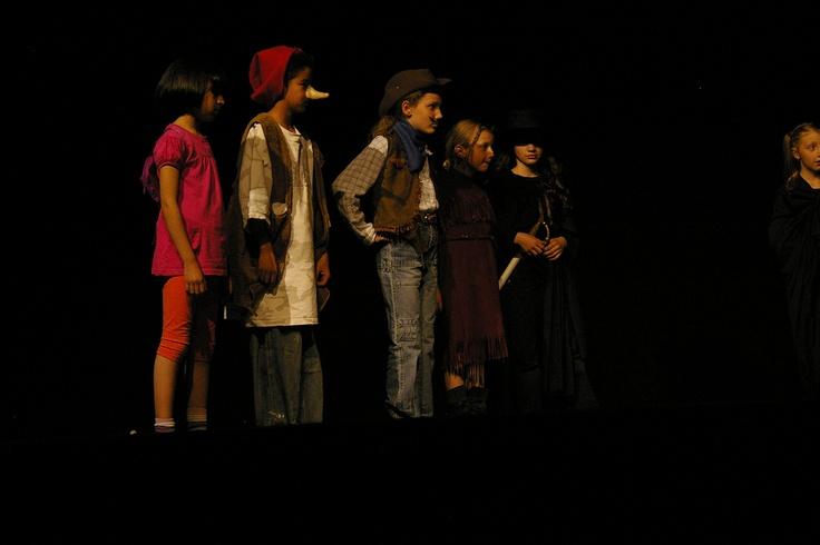 La grande histoire du monde des histoires : Dora l'exploratrice, Atchoum, le shérif, Pocahontas, Zorro et le petit chaperon noir
