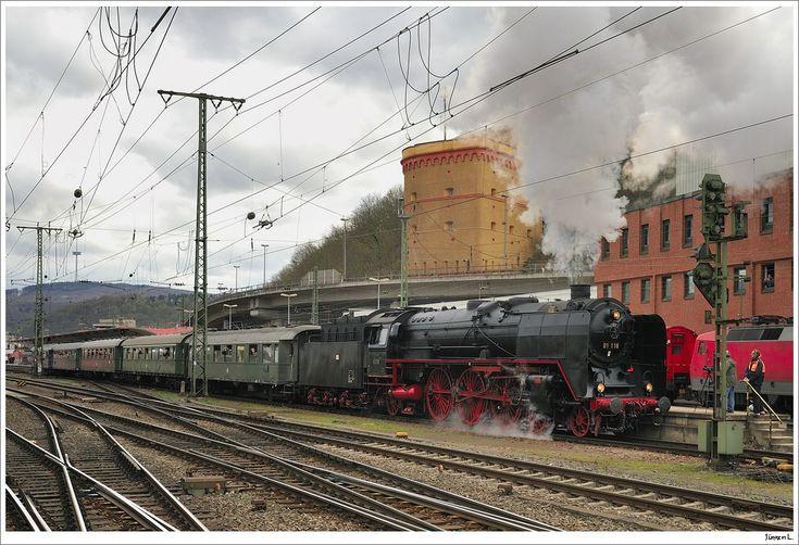 01 118 mit Ihrem DRG-Schnellzug 86065 (Koblenz-Trier); Ausfahrt Koblenz Hbf, 3.4.2010.