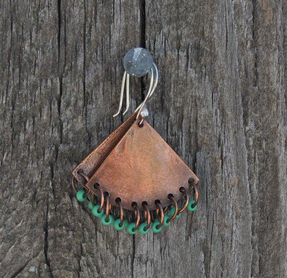 Pendientes de cobre en forma de triángulo : Triangle copper earrings - Hechos a mano : Handmade han sido mano corte y textura - Ligeros : Light | {Etsy}