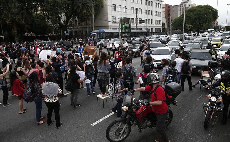 Promotoria e Defensoria entram com ação para barrar plano de Alckmin - 03/12/2015 - Educação - Folha de S.Paulo