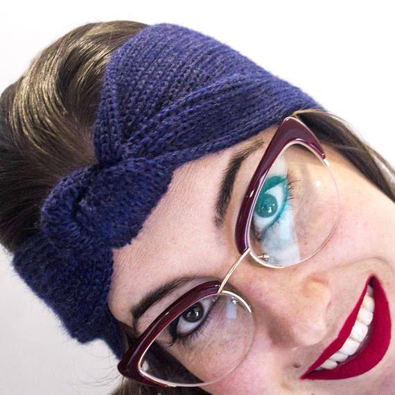 ·Preciosas orejeras tejidas en lana merina 100%. Son muy suaves y calentitas, perfectas para pasar el frío invierno. ·Tiene un nudo decorativo en el frente. ·Está tejida en su totalidad con punto de pescador. · Las fotos están realizadas con la prenda en color azul, pero debido a que en 15bybu tejo bajo demanda, se puede realizar en cualquiera de los colores que aparecen en una de las fotos.  En 15bybu sólo creo quince prendas de cada modelo y color. Con cada una de ellas recibirás un…