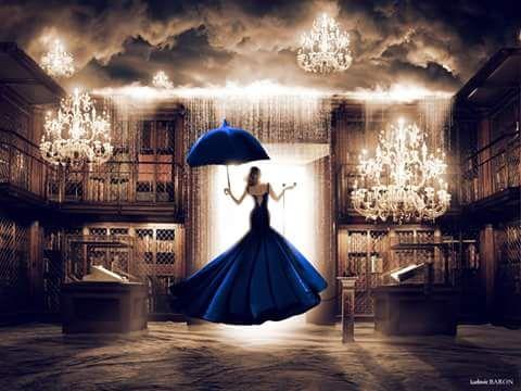 """Tableau art photographie """"La femme en bleu face à la porte du digital"""" par l'artiste Ludovic Baron"""