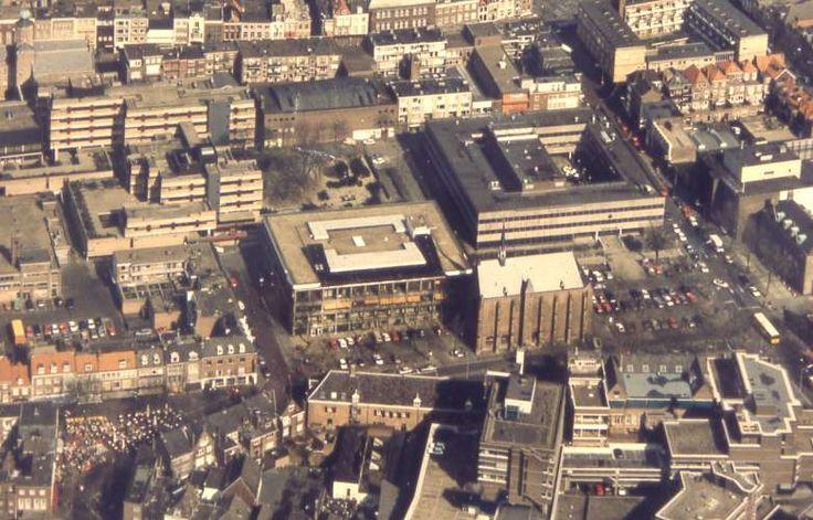 Mariënburg en omgeving: Een winteropname uit circa 1980, met in het midden het gebouw van de Dienst Sociale Zaken, dat in 1998 werd gesloopt om de aanleg van de Marikenstraat mogelijk te maken. Het gebouw wordt geflankeerd door de nieuwbouw van het stadhuis, het politiebureau en de Mariënburgkapel. Linksonder de Koningstraat, die bij de terrasjespikker beter bekend is als het Koningsplein.