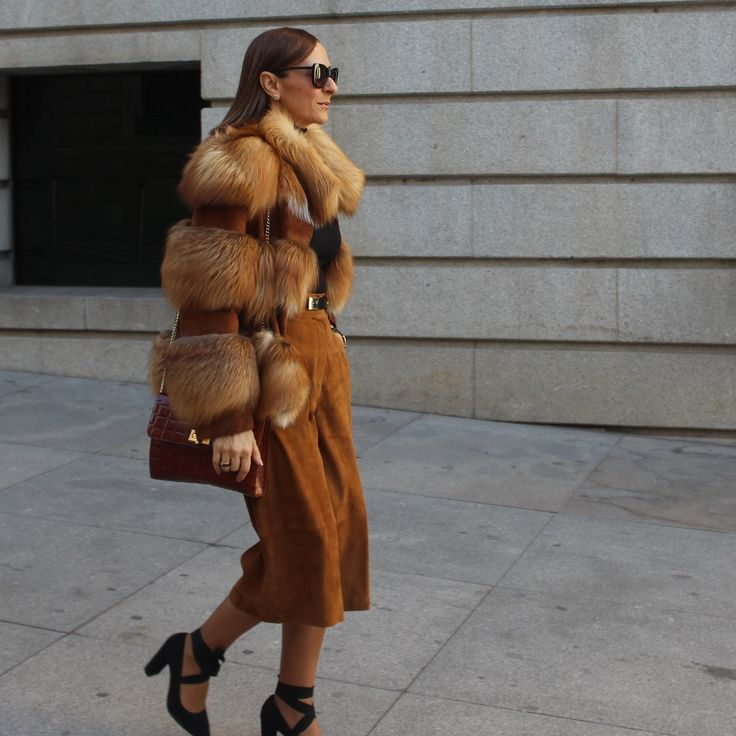 Abrigo pelo, melena midi y pantalón midi, zapatos de tacón, zapato negro con cintas bolso camel