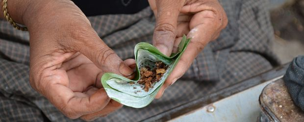 Das Kauen der Betelnuss gehört zur Alltagskultur der Locals. Es beugt Müdigkeit und Hunger vor. Auch als Aphrodisiakum wird es benutzt. Hier ist die Story.