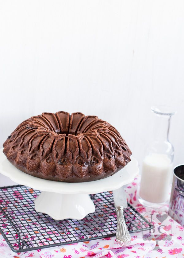 Chocolates Valor Bundt Cake. http://ilovebundtcakes.blogspot.com.es/2015/01/chocolates-valor-bundt-cake.html