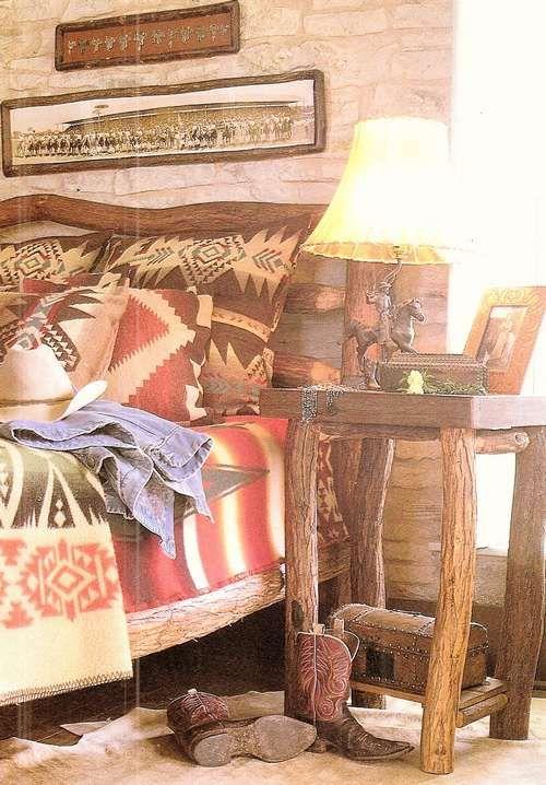 Rustieke slaapkamer. De cowboy boots maken het af.
