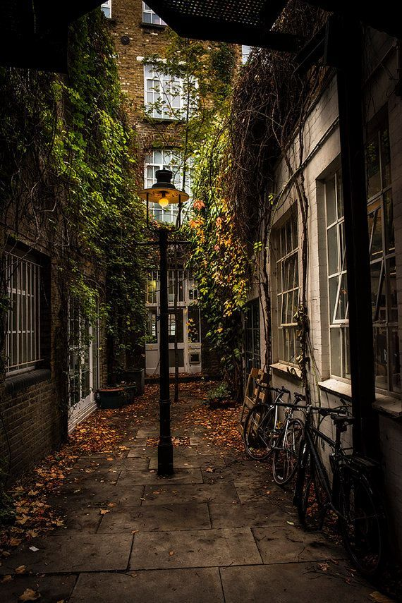 London Alleyway im Playhouse Court von SaltedPrint…