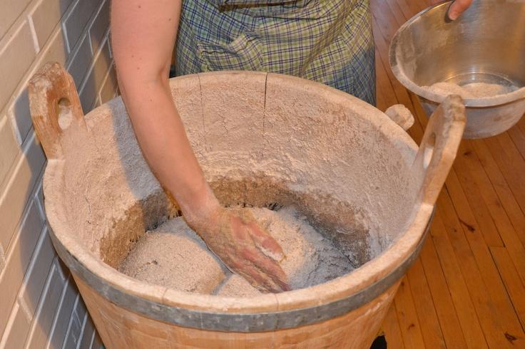 Valmiiksi vastatun taikinan pinnalle ripotellaan jauhoja ja tehdään kämmensyrjällä risti, siunataan taikina.