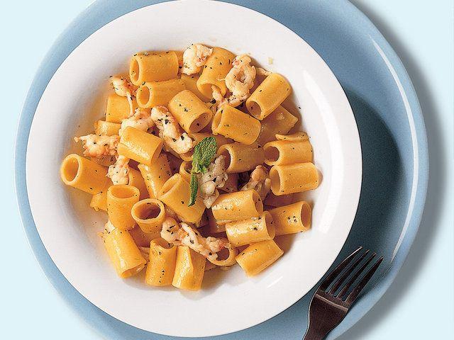 Karidesli Makarna  İçine tuz serpeceğiniz suyu kaynatın. Makarnaları pişirin. Bu esnada büyük bir tavada 3 yemek kaşığı zeytinyağını orta sıcaklıkta ısıtın; arpacık soğanlarını ekleyip karıştırarak, yumuşayana kadar yaklaşık 3 dakika kızartın. Karışıma karidesleri ekleyin ve 1 dakika daha birlikte çevirdikten sonra beyaz şarabı da ekleyin. Ocağın ısısını…
